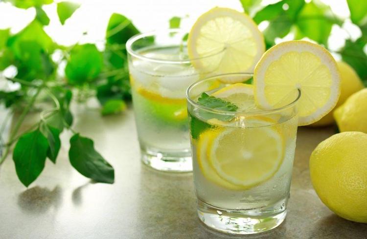 11 benefici di bere acqua e limone che non sapevi - Consigli